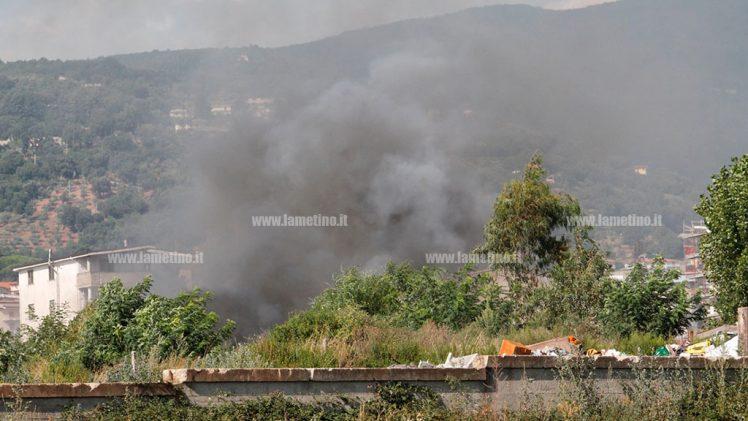 Lamezia: densa nube di fumo nero a Scordovillo