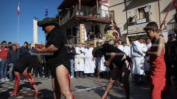 """Il rito dei """"vattienti"""" a Nocera Terinese: il sangue come legame tra vivi, morti e divino"""
