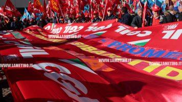 """In tanti a manifestazione Cgil e Uil alla Cittadella: """"Ascoltare ragioni di questa piazza o sarà sciopero generale"""""""
