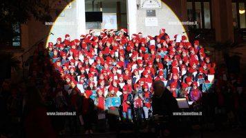 """Lamezia, """"In…Canto di Natale"""": alunni in concerto sulle scalinate dell'Istituto Maggiore Perri"""
