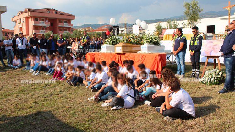 Migliaia di persone per l'ultimo saluto a Stefania e ai suoi bambini