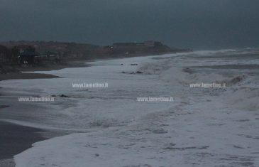 Maltempo: mareggiate flagellano costa tirrenica, onde alte più di 3 metri