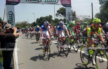 Lamezia, traguardo volante Giro d'Italia davanti stele otto ciclisti