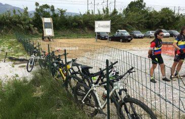 Lamezia, il 100esimo Giro d'Italia passa davanti stele otto ciclisti