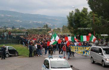 """Lamezia, corteo di manifestanti invade il Comune: """"Difendiamo e riprendiamoci la città"""""""