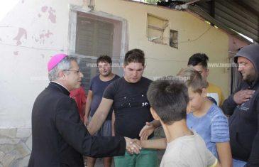Lamezia, vescovo Schillaci in visita al campo rom di Scordovillo